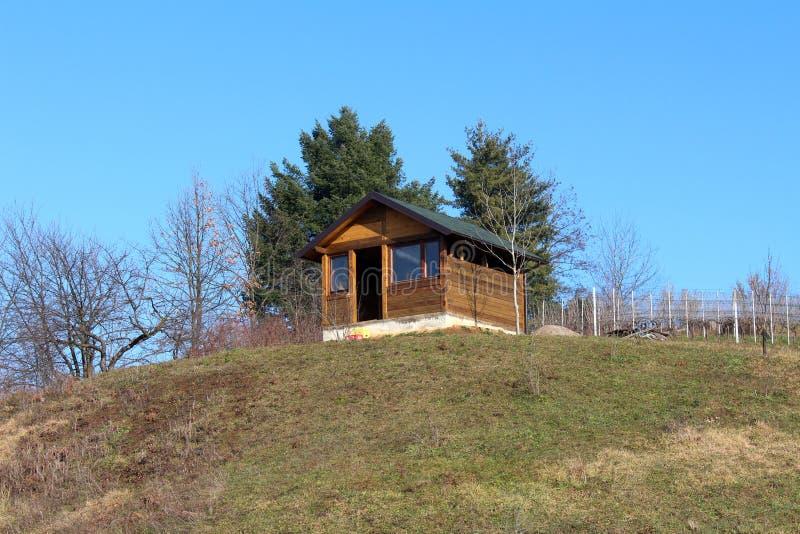 在小山顶部的未完成的小木客舱 库存照片