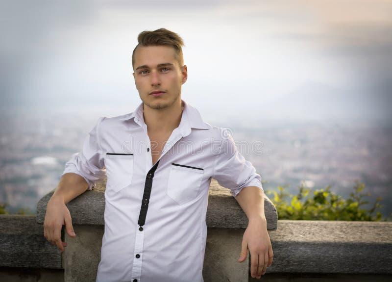 在小山顶部的白肤金发的年轻人在都灵,意大利上 库存照片