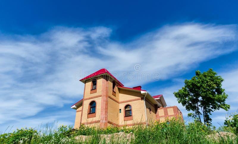 Download 在小山顶部的砖房子 库存图片. 图片 包括有 背包, 庄园, 不列塔尼的, 建筑, 天空, 前面, 布琼布拉 - 72359583