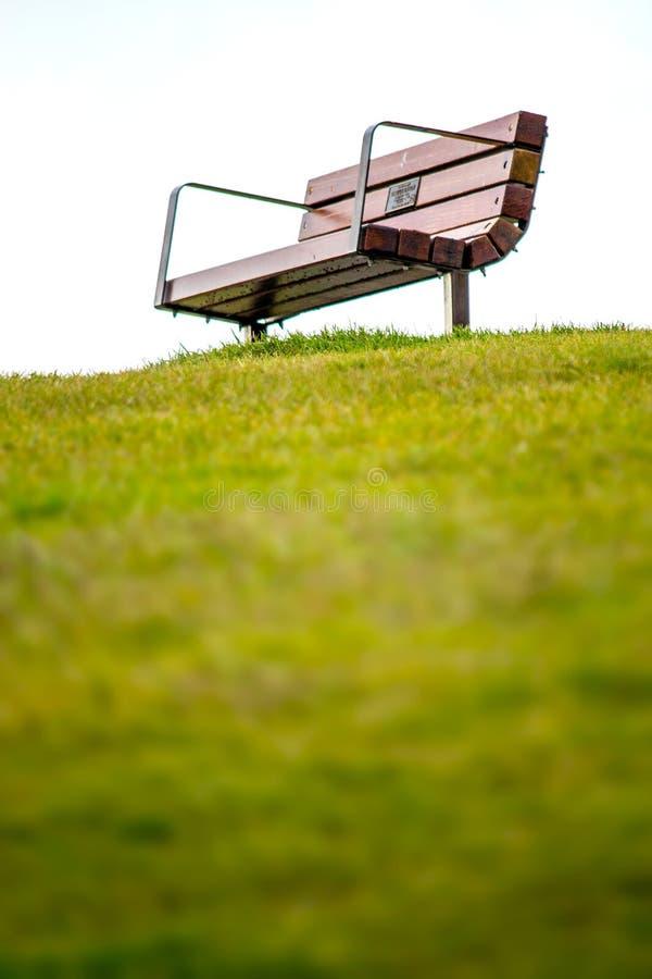 在小山顶部的长凳 免版税图库摄影