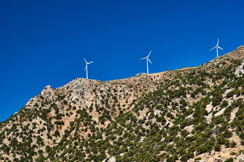 在小山顶部的风轮机 免版税库存图片