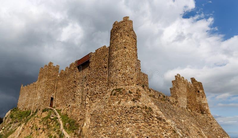 在小山顶部的Montsoriu城堡 免版税库存照片