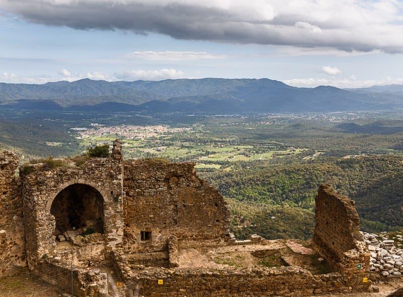 在小山顶部的Montsoriu城堡 库存照片