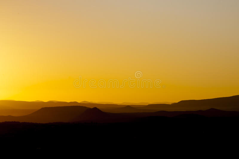 在小山,黄色树荫的Sedona日落  免版税库存照片