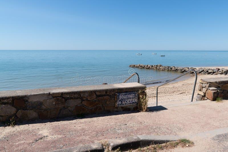 在小岛努瓦尔穆捷的海滩前面在买主法国在夏天海洋 免版税图库摄影