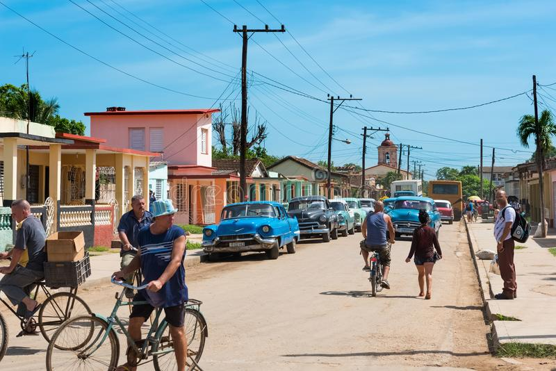 在小巷的街道生活视图有古巴人民和美国经典汽车的在从巴拉德罗角古巴- Serie古巴Rep的郊区 库存图片