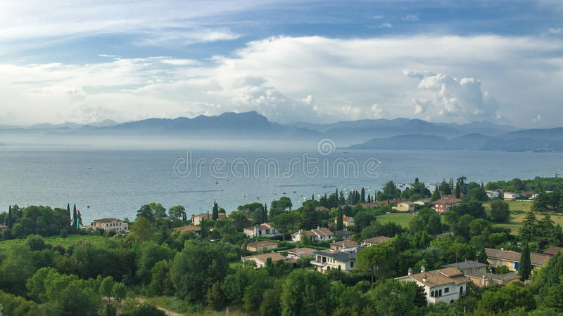 在小意大利村庄的鸟瞰图湖加尔达海岸的  免版税库存图片