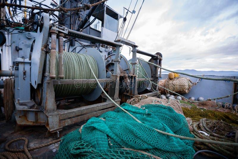 在小捕鱼船甲板的索具  免版税库存照片