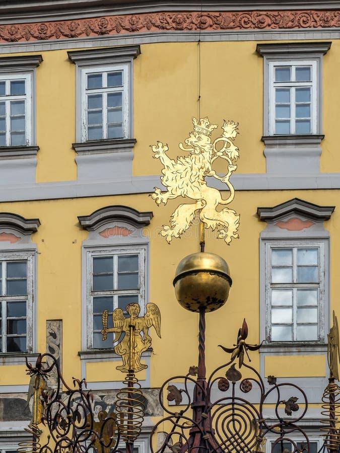 在小正方形的捷克狮子在布拉格 库存图片