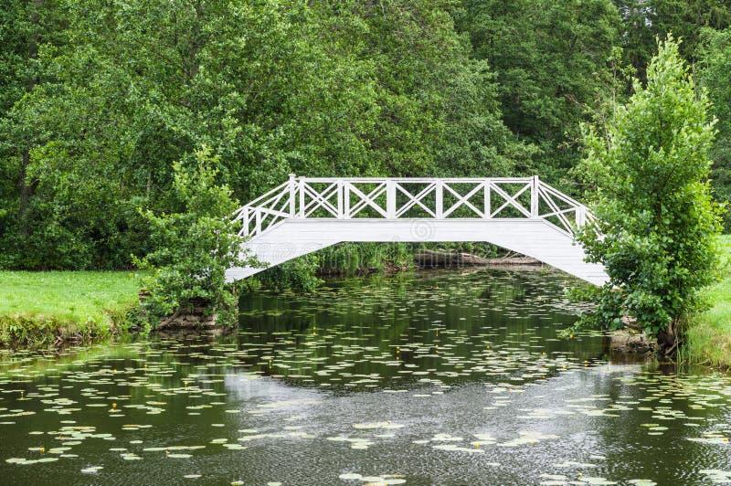Download 在小池塘的装饰白色木桥在公园 库存照片. 图片 包括有 绿色, 反映, 设计, 地标, 池塘, 贿赂, 少许 - 59112084