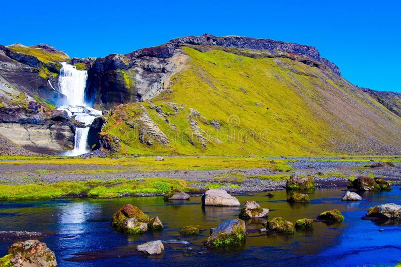 在小河的看法有冰砾和石头的在水秋天反对天空蔚蓝 库存图片