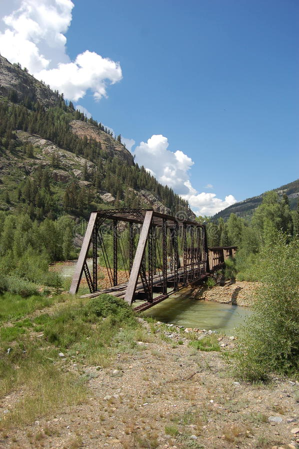 在小河的老桥梁 库存图片