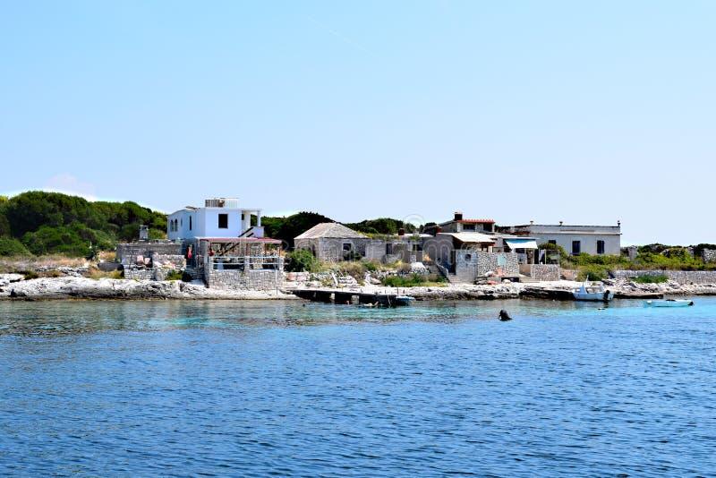 在小海岛上的小村庄 免版税库存照片