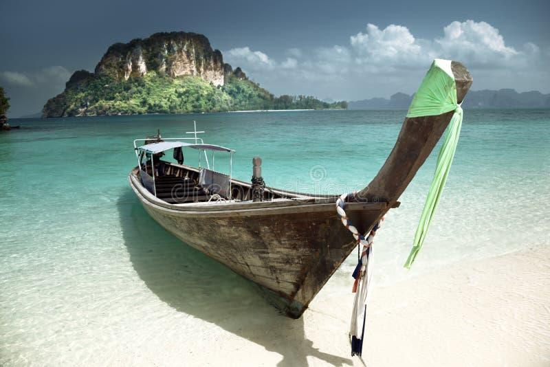 在小海岛上的小船 库存图片
