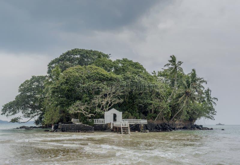 在小海岛上的美丽的热带海滩旅馆在海洋 免版税库存图片