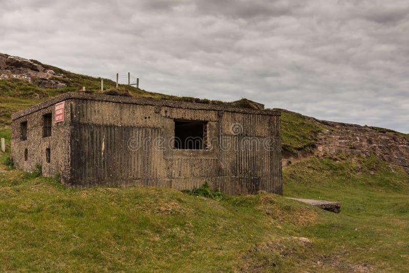 在小海湾光反飞机电池WW2, NW苏格兰的地堡 免版税库存照片
