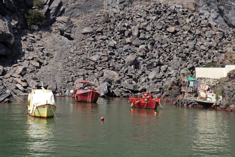 在小海湾的老渔船在小火山岛,桑托利上 免版税库存图片
