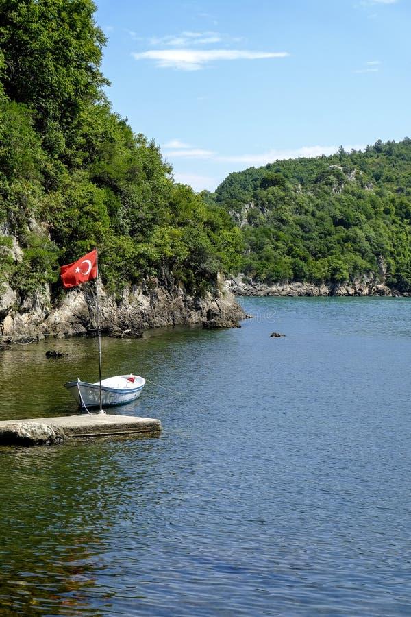 在小海湾靠码头的小船 免版税图库摄影
