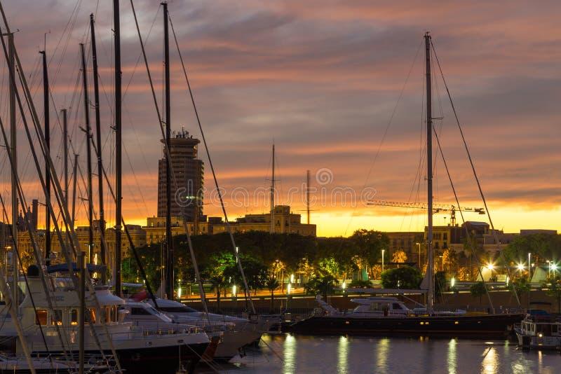 在小游艇船坞停泊的专属游艇在晚上,巴塞罗那,西班牙 免版税库存照片