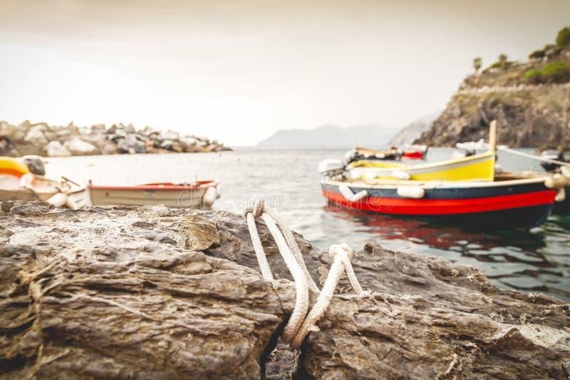 在小游艇船坞停泊的五颜六色的小船等待为钓鱼出去 库存照片
