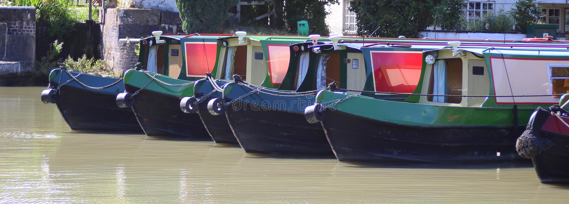 在小游艇船坞停泊的几narrowboats 图库摄影