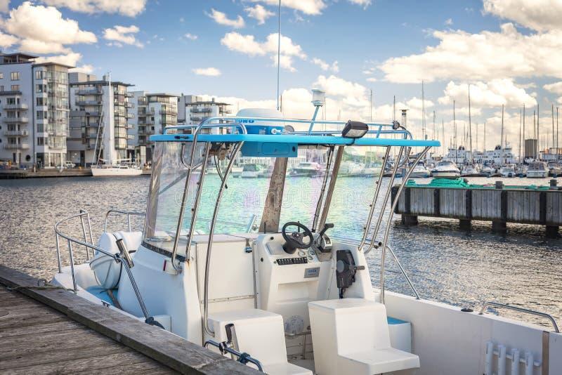 在小游艇船坞停泊的小船 免版税库存照片