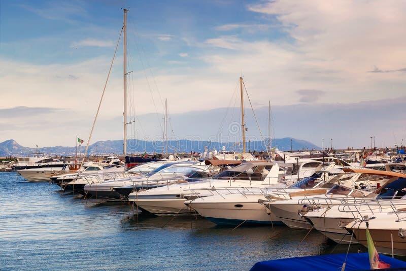 在小游艇船坞和汽艇停泊的风船 免版税图库摄影