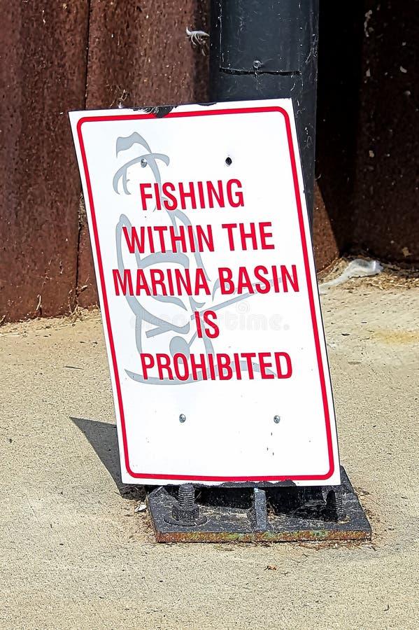 在小游艇船坞水池内的钓鱼是被禁止的标志 库存图片