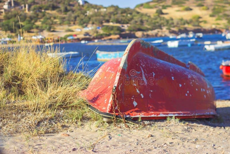 在小游艇船坞海岸的老红色小船 库存图片