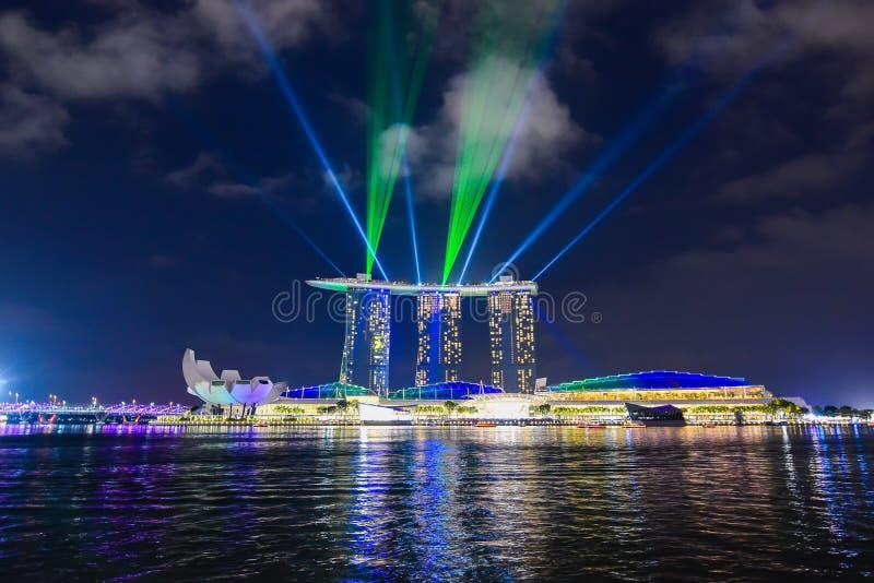 在小游艇船坞海湾沙子的激光展示,新加坡 免版税库存照片
