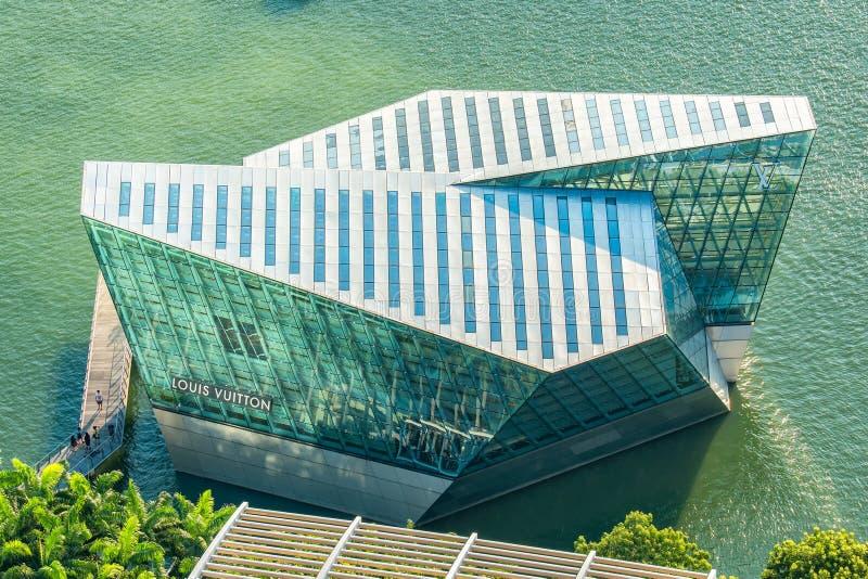在小游艇船坞海湾,新加坡的路易威登 免版税库存照片