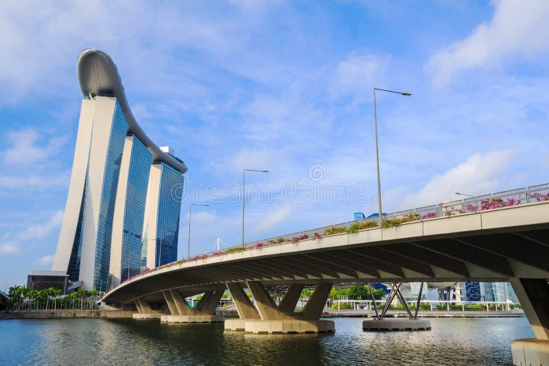 在小游艇船坞海湾,新加坡的路桥梁 库存照片