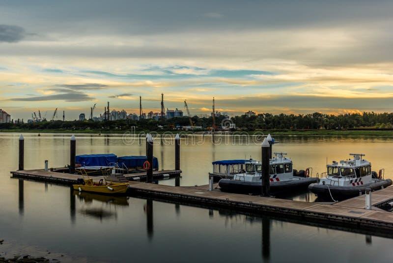 在小游艇船坞的安静的海的反射在新加坡- 4 库存照片