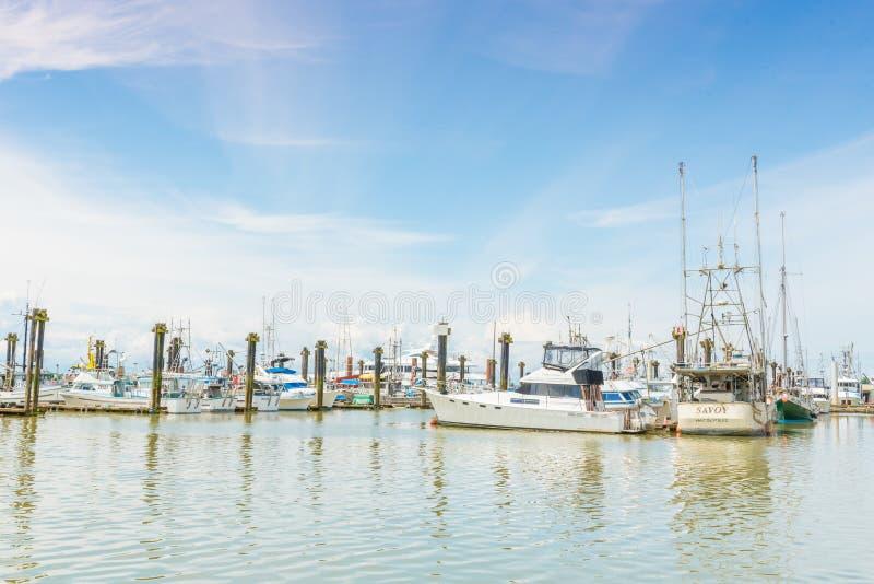 在小游艇船坞的小船由渔夫` s码头在Steveston, BC,加拿大 免版税库存照片