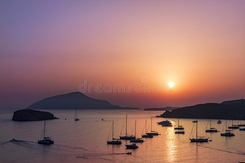 在小游艇船坞的日落在波塞冬旁边寺庙在希腊 免版税库存照片