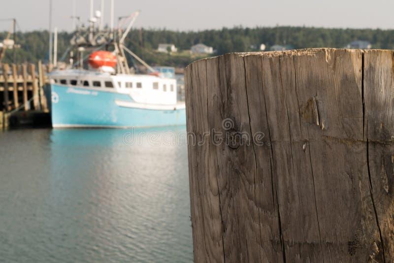 在小游艇船坞的木码头板有小船的在背景中 库存照片