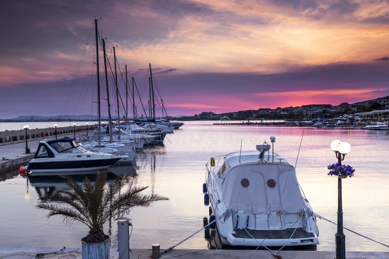 在小游艇船坞的豪华游艇日落的 免版税库存照片