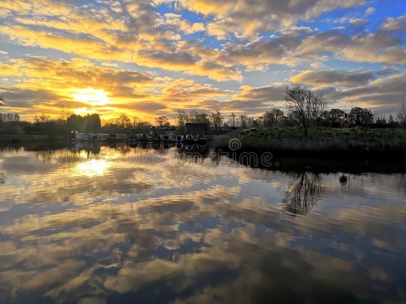 在小游艇船坞的黎明 免版税库存照片