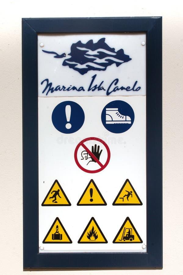 在小游艇船坞附近的警报信号 免版税库存照片
