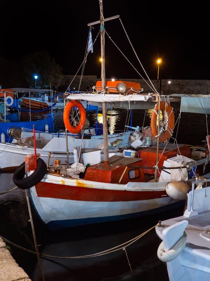 在小游艇船坞靠码头的美丽的小渔船在福尔泰扎附近在克利特,希腊 免版税图库摄影