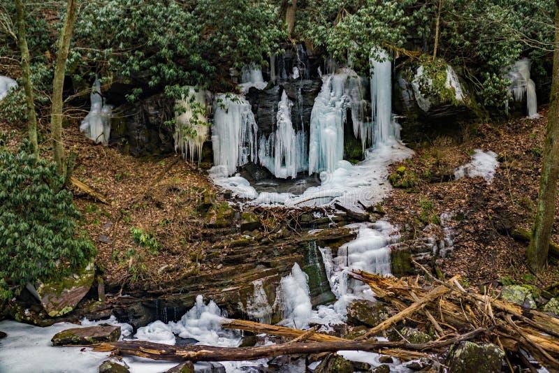 在小瀑布的冰柱落峡谷 库存图片