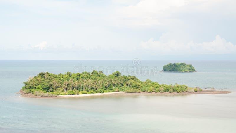 在小热带海岛上的风景看法 免版税库存图片
