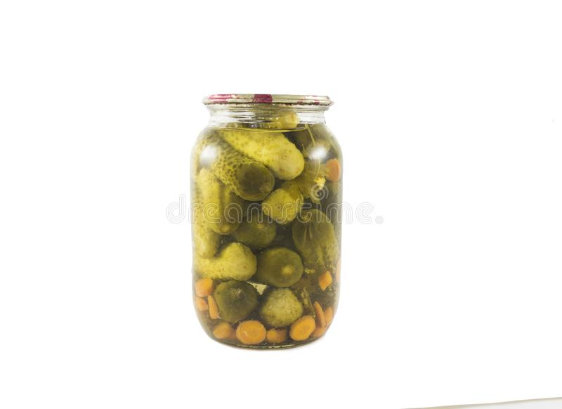 在小玻璃瓶子装于罐中的被盐溶的黄瓜被隔绝 库存照片