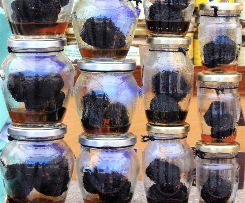 在小瓶子的芳香新鲜的黑块菌 免版税图库摄影