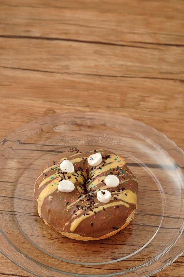 在小白色蛋白软糖盖的一个可口多福饼 图库摄影