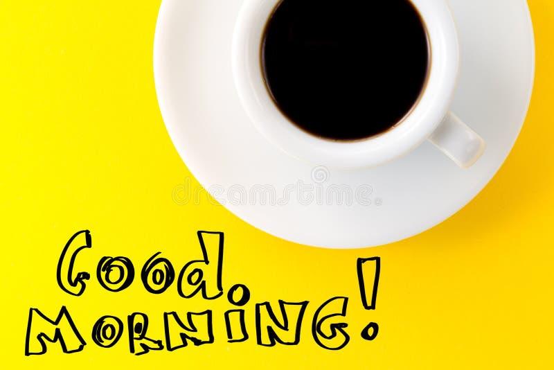 在小白色陶瓷杯子的咖啡浓咖啡在黄色充满活力的bac 库存照片