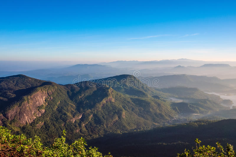 在小的亚当斯峰顶的美好的早晨在埃拉,斯里兰卡 库存图片