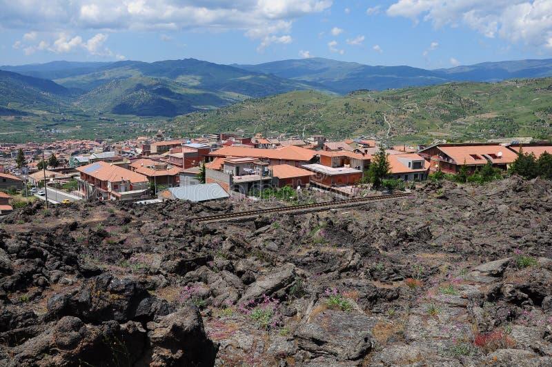 在小的火山附近的城市etna 免版税库存照片