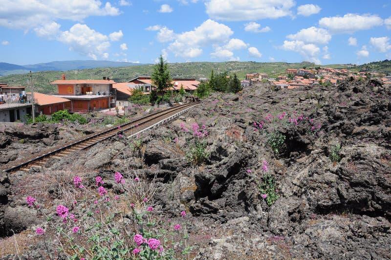 在小的火山附近的城市etna 免版税图库摄影