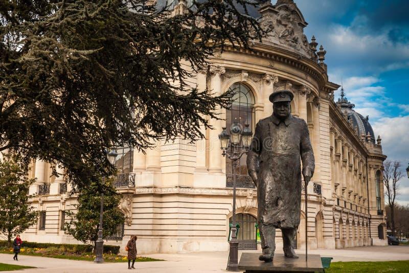 在小的Palais的古铜色温斯顿・丘吉尔雕象在巴黎 库存图片